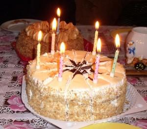 Праздничный торт, свечей воткнули сколько нашлось под рукой